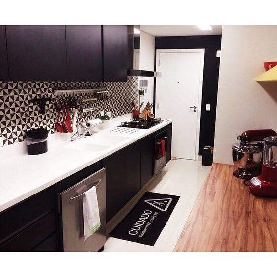 Cozinha Apto. Alvorada. [preto + grafismo + madeira + amarelo] #spestudio