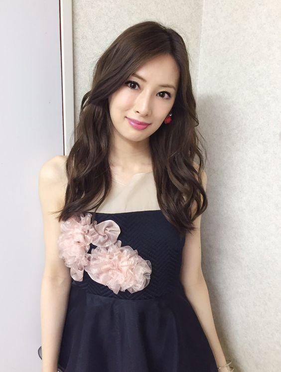 紺のドレスにピンクのコサージュつけた北川景子