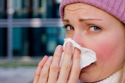 Nez qui coule ou éternuement ? Et oui, le rhume est bien de retour !  Cette infection contagieuse se propage dans l'air (éternuement, toux, etc.) et par contact direct (couverts, jouets, etc.). Le rhume est une maladie très fréquente qui peut être causé par différents types de virus (plus de 100). Les rhumes sont plus communs en hiver, mais le froid n'est pas toujours la cause. Voici des soins naturels décongestionnant, antiseptique et assainissant pour guérir au plus vite !