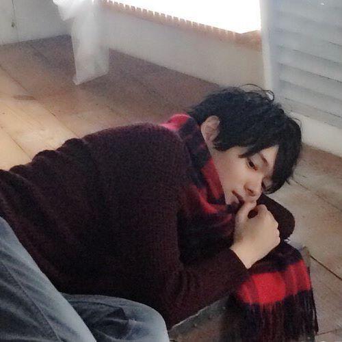 マフラーをしたまま横になっている古川雄輝のかわいい画像