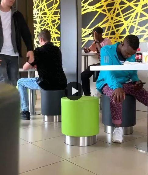 Eles conseguiram mesmo fazer o rapaz cair no truque, coitado