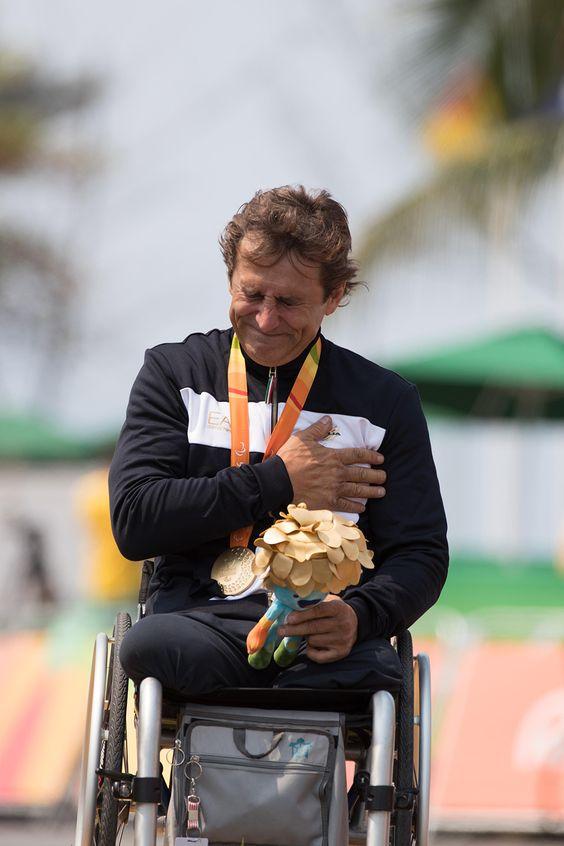 #carrosoknoticias Para Alejandro Zanardi esta es la tercera medalla de oro paralímpica de su carrera...
