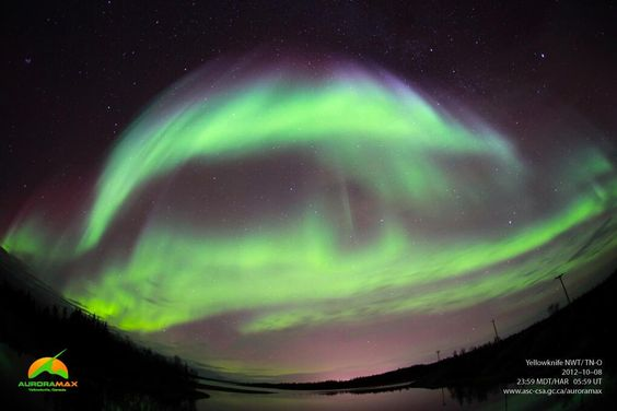 "AuroraMAX on Twitter: ""GALERIE D'IMAGES • Aurores boréales dans le ciel de Yellowknife, TN-O: #photo prise le 8 octobre, 2012 à 23h59 HAR. http://t.co/1WHTYoT8VW"""