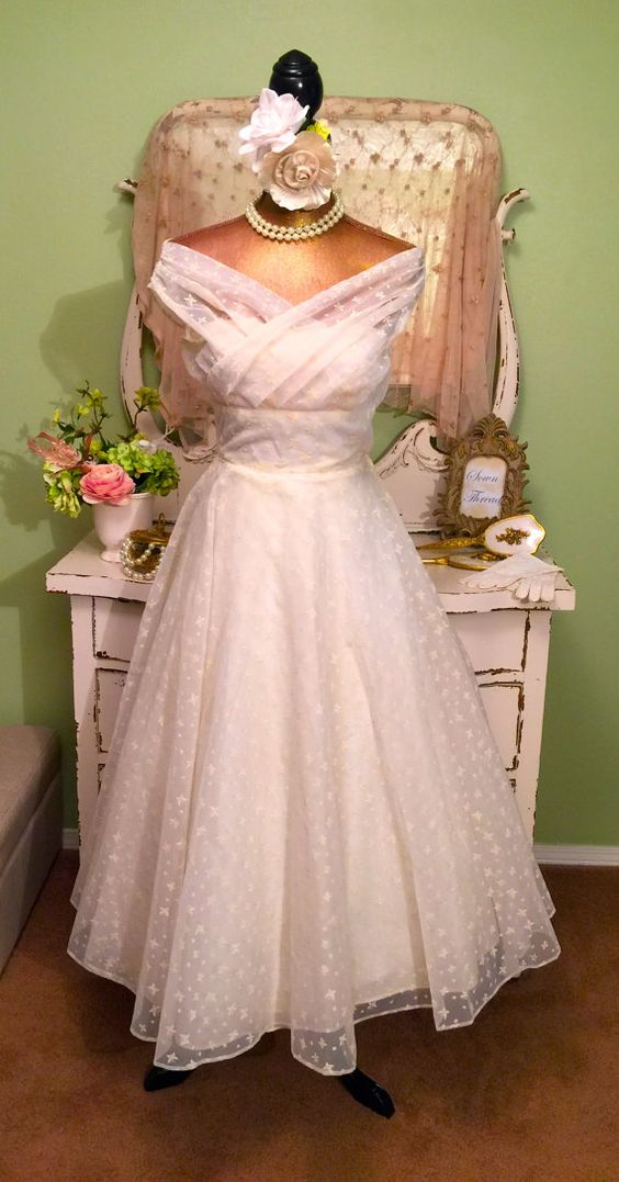 Gorgeous! 1950s off shoulder Princess dress. 50s Gown featuring beautiful tailoring with a form fitted bodice with interior supports. Dress