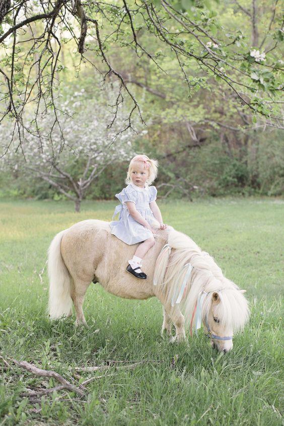 малко момиченце на пони, езда на пони, реколта детски снимки, детски портрети с животни: