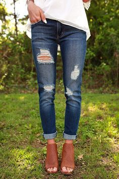 just love the combo of white top, ripped jeans, and on point brown shoes.