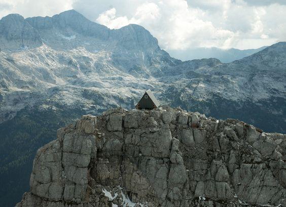Luka Vuerich hut  Esta pequena estrutura é uma cabana acolhedor, localizado na crista da Foronon Buinz nos Alpes Julianos. Projetado pelo arquiteto  Giovanni Pesamosca  e nomeado em memória do alpinista falecido Luka Vuerich, a cabine contém nove leitos e senta-se 2531 metros acima do nível do mar. Está estrategicamente localizado ao longo de uma trilha cúpula fornecer refúgio para os caminhantes, alpinistas ou para quem procura um lugar para descansar nas montanhas. Dormir na cabana está…