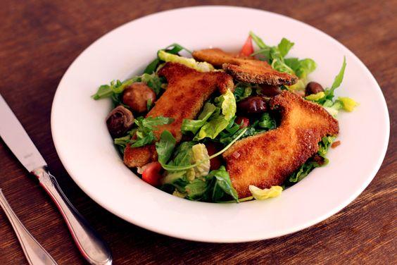 Salat mit Oliven und Pilzschnitzel aus Kräuterseitlingen