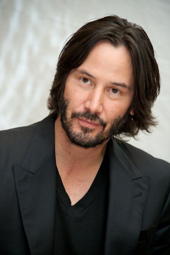 Pin for Later: 15 Stars Qui Prouvent Que les Hommes Peuvent Être Sexy Avec les Cheveux Longs Keanu Reeves Voila la version adulte du carré masculin. On aime.