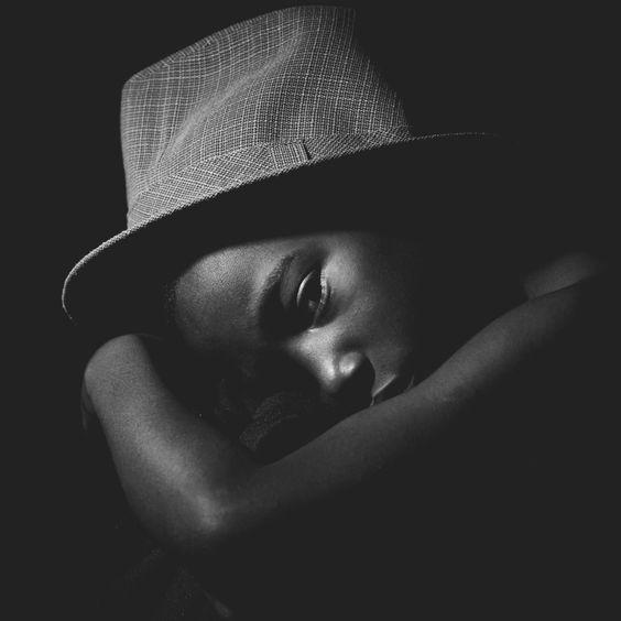 Gabriel Martin   Trabalho fotográfico com uma série de 4 retratos utilizando a técnica de iluminação bem conhecida como Low Key.  Fotografia por: Felipe Khill Modelo: Gabriel Martin