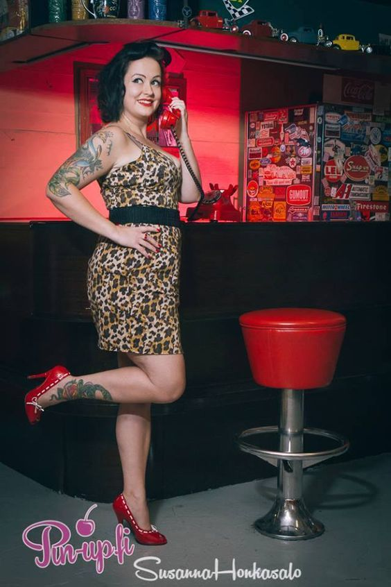 Photo by Susanna Honkasalo.  pin-up - pose - tattoos - heels - bar - on the phone