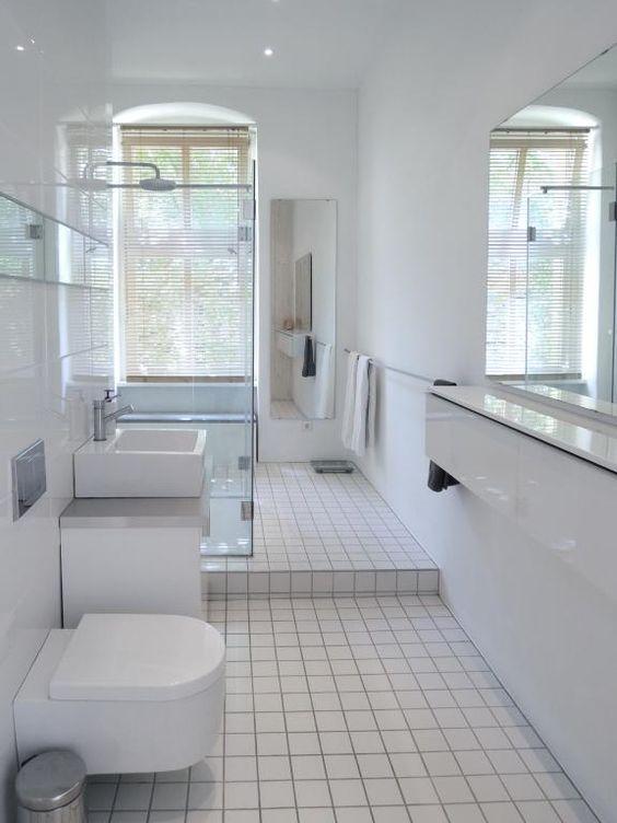 einrichtungsidee fürs badezimmer: großer spiegel mit ablageboard, Hause ideen