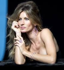 Gisele Caroline Bündchen é uma supermodelo, filantropa e empresária brasileira. Em 2000, Bündchen foi considerada pela revista Rolling Stone, a modelo mais bonita do mundo. Entre 2004 e 2014, pela revista Forbes, a mais bem paga. Wikipédia. Nascimento: 20 de julho de 1980 (36 anos), Três de Maio, Rio Grande do Sul. Altura: 1,8 m Cônjuge: Tom Brady (desde 2009).