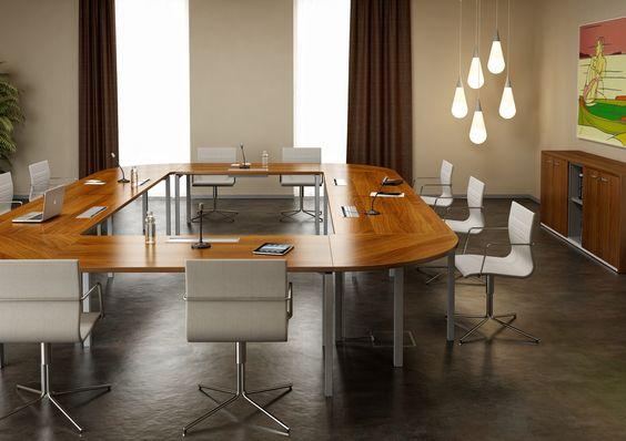 Mesa de reuniones modular. Con esta mesa podemos confeccionar diversidad de formas y adaptar la mesa al espacio que dispongamos sin problemas. Acompañada por una sillería de giro con retorno.
