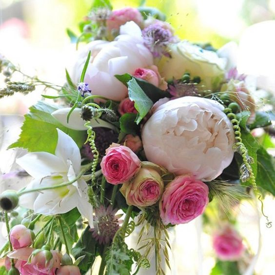pioenroos, trosroos, kleine witte lelies, appelblad, paars kruidachtigen..- De Meisjes Van De Bloemen