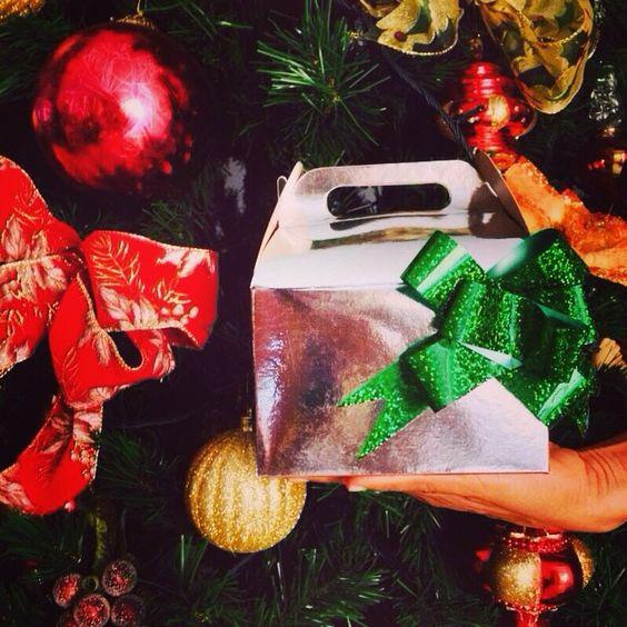Mañana muchos peluditos encontrarán debajo del árbol un regalo muy especial que sus seres queridos escogieron para hacerlos muy felices esta Navidad!!   Nos encanta hacer parte de esos momentos, no hay mejor regalo para un humano que ver a su #perrofeliz !!❤️ #chachayelgalgo #cajitanavideña #navidad #perro #pasteleriacanina #peluditos #cali #calico