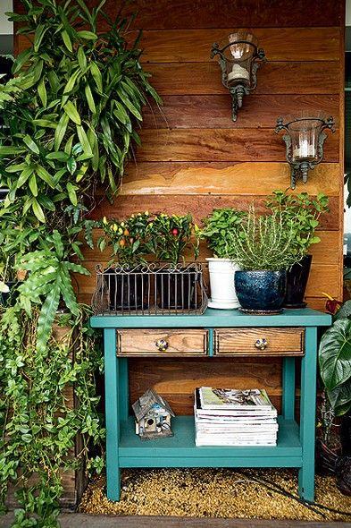 Colocar uma cômoda na varanda? O projeto prova que fica diferente, bonito e gracioso com os objetos e plantas certas: