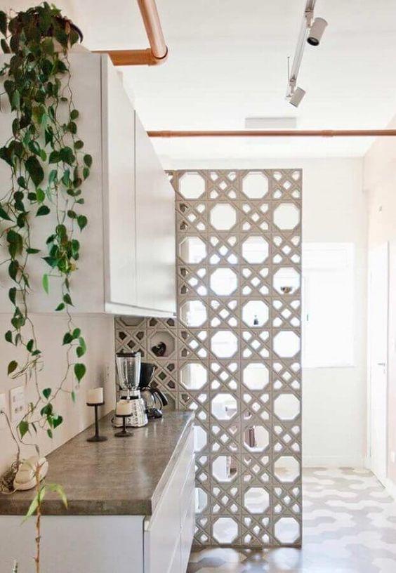 cozinha pequena decorada com divisória de cobogó
