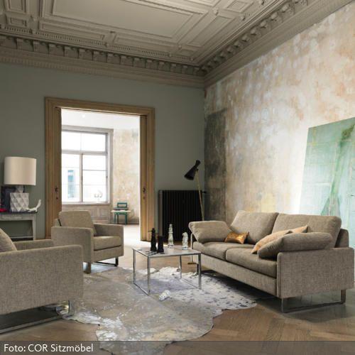 weißes halbrundes Sofa und niedrige Glas Couchtische