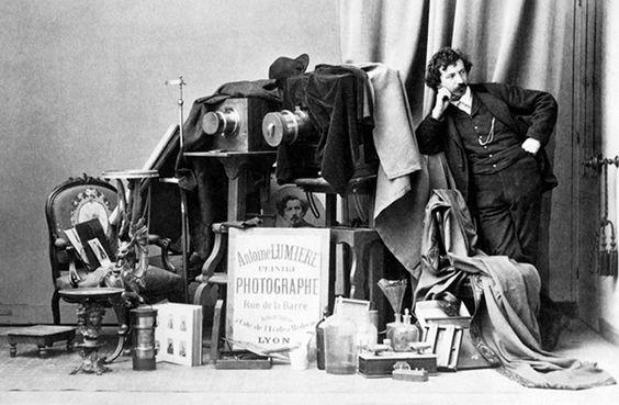 os irmãos Lumière mudaram para sempre a representação do mundo. Além da imagem em movimento, as suas inúmeras invenções permitiram criar fotografias a cores e melhorar a fotografia panorâmica de 360º. Em Lyon, a antiga mansão da família presta homenagem a Auguste e Louis.