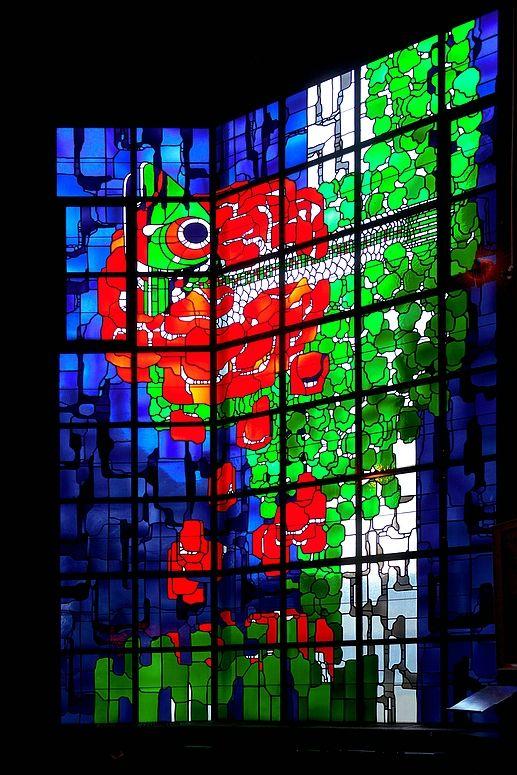 Neviges, Velbert (Fischfenster) Die göttlichen Tugenden werden durch die Farben Blau, Grün und Rot symbolisiert. Das Fischfenster in der Marienkapelle des Wallfahrtdoms von Neviges zeigt eine Rose, die in ihrer Mitte einen Fisch hervorbringt - das frühchristliche Symbol für Christus. Mehr über den Ort gibt es hier: http://www.mariendom.de/index.php?id=153