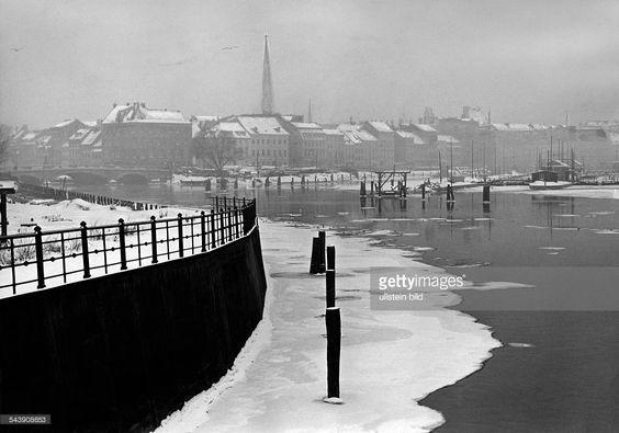 Winter, the frozen River Spree seen from the bridge 'Waisenbruecke' - - Photographer: Herbert Hoffmann- Published by: 'Deutsche Allgemeine Zeitung' (DAZ) Vintage property of ullstein bild