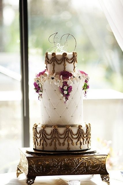 Beautiful wedding cake.: