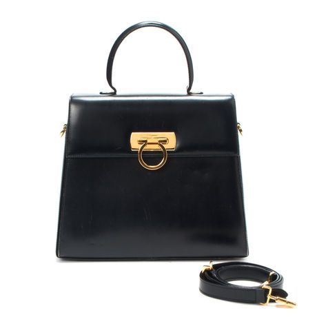 Exactly the kind of bag I'd like to carry for fall~ structured, ladylike and Mad Men-esque. This one is vintage Ferragamo.