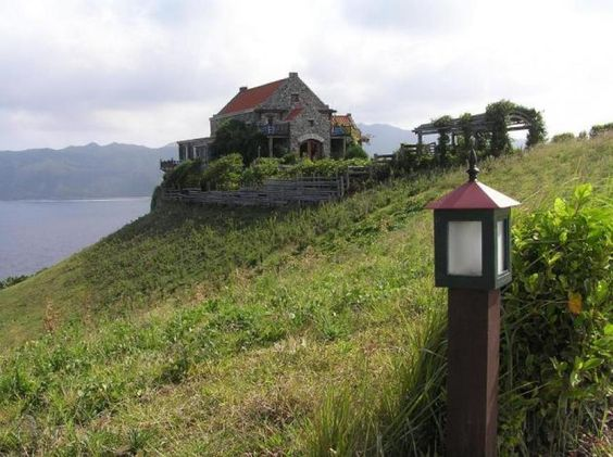 House with an edge and a picturesque view of Batanes - Philippines   Traveldudes.org
