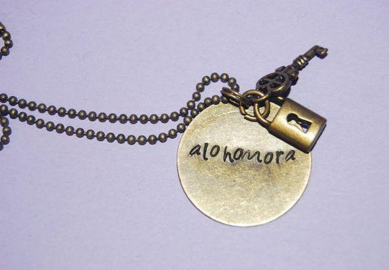 Collar de Alohomora, $18 | 56 Accesorios de Harry Potter que son totalmente usables: