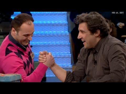 Flavio Insinna sfida a braccio di ferro un concorrente di Affari Tuoi