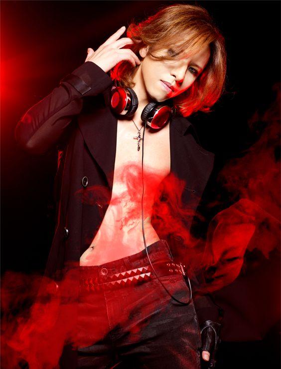 素肌に黒いジャケットを着てイヤホンをかけているXJAPAN・YOSHIKIの画像