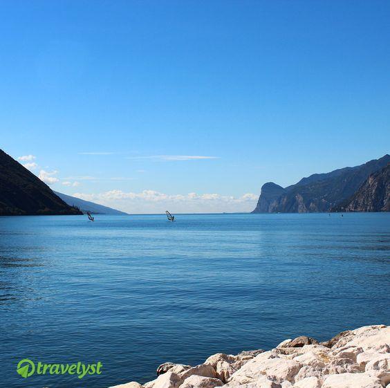 Die unendlich schönen Weiten des Gardasees. Die perfekte Planung für einen Urlaub am See im kommenden Jahr übernehmen wir gerne auf travelyst.de
