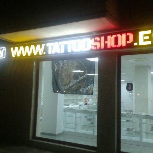 En TATTOOSHOP en Móstoles nos dedicamos a la venta y suministro de material para tatuaje y graffiti, tintas de tatuaje, máquinas de tatuaje, agujas de tatuaje, mobiliario y sofás, empuñaduras de tatuaje, boquillas de tatuaje, fuentes de alimentación para máquinas de tatuaje, accesorios de tatuaje, tubos y boquillas desechables, equipos médicos para tatuar, aparatos para tatuar por ultrasonidos, material para la creación de plantillas de tatuaje, libros de tatuajes, discos DVD de tatuajes.