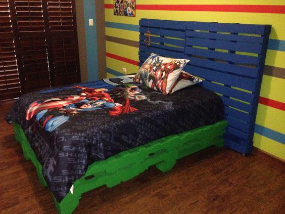 Cama hecha con tarimas de madera recicladas recicla y for Base de cama hecha con tarimas