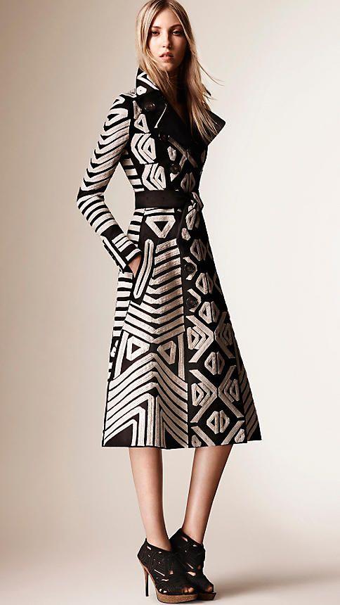 Negro Abrigo en satén de algodón con detalles bordados - Imagen 3