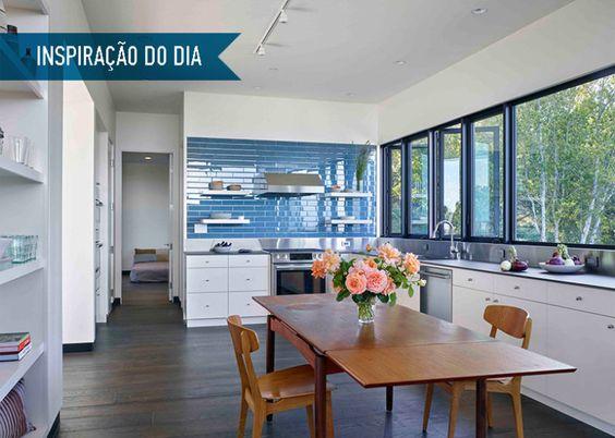 Inspiração do dia: cozinha branca com painel azul