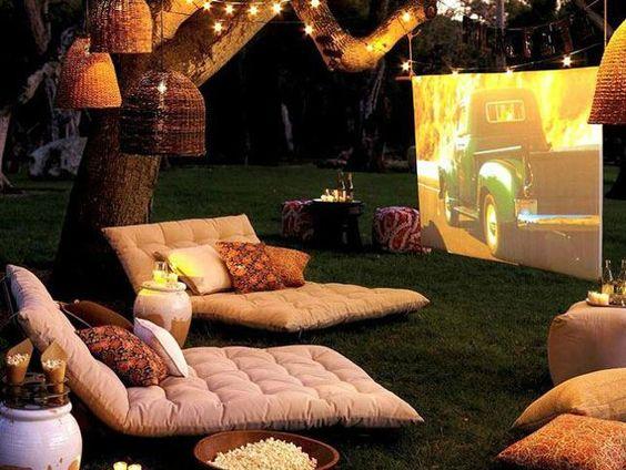¿Qué mejor plan que un cine de verano? Ir con unos amigos, familia o pareja a disfrutar del cine bajo las estrellas no tiene precio.