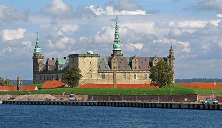 Kronborg En 1420 el rey danés Erik de Pomerania mandó construir una fortaleza para hacer pagar un impuesto a todas las embarcaciones que entrasen o saliesen del Mar Báltico.
