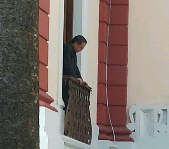 Canciller Ricardo Patiño ya en el salón de embajadores de Miraflores, esperando inicio de reunión MUD-Gobierno pic.twitter.com/opkjKKC185