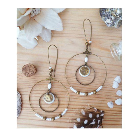 ▲ ALEXIA ▲ Boucles d'oreilles type créoles avec des perles blanches & un sequin émaillé ! : Boucles d'oreille par elora