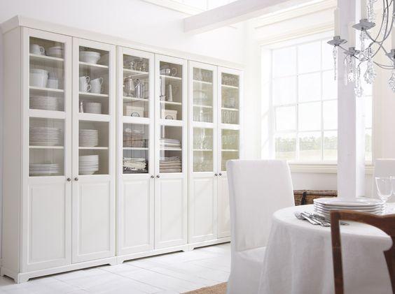 Ein Raum mit LIATORP Aufbewahrung mit Türen in Weiß mit Geschirr, u. a. ARV Tellern in Weiß, und KVARNVIK Boxen mit Deckel in Weiß
