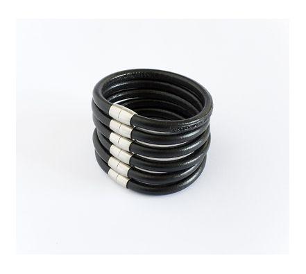 Original pulsera modular formada por seis pulseras redondas de cuero negro con cierres magnéticos de acero inoxidable. http://www.tutunca.es/conjunto-pulseras-cuero-italiano-negro