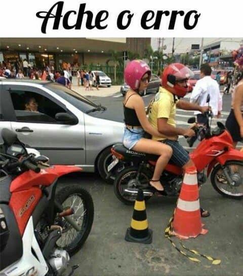 """A mulher com o capacete rosa, capacete tá errado  '-------"""""""