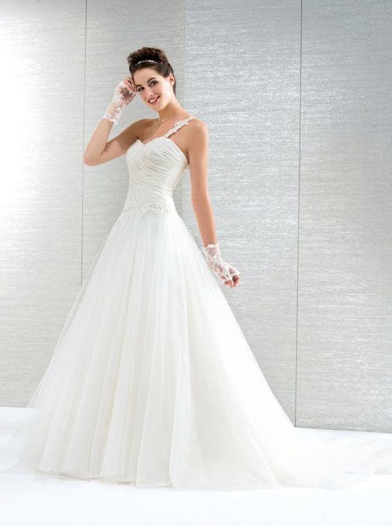 ... Brautkleid mit einem Träger und Tüllrock. Corsage ist mit