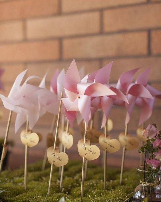 Que tal decorar seu casamento ou noivado usando objetos feitos de papel? Esses cataventos estão uma gracinha e são fáceis de fazer. Vão dar um charme todo especial a sua festa!