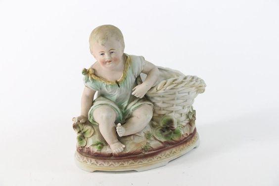 Porzellan Skulptur Kleinkind Kind mit Korb als Vase ~1900/20