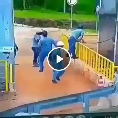 Algo assusta trabalhadores.