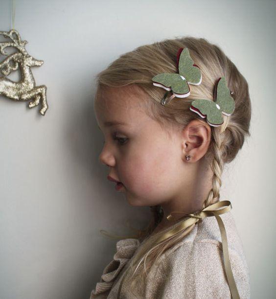 Pelo de la mariposa de fieltro Clip. pinza de pelo de niña pequeña.  Petite Papillon en Sage, vino & vainilla. pinzas de pelo de la Navidad. moda de vacaciones. Salvia.