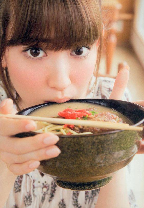 ラーメンを食べるかわいい小嶋陽菜